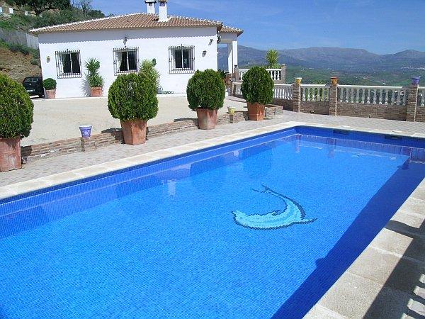 Casa bonita con preciosas vistas 8104 casa axarqu a for Piscinas hinchables grandes precios